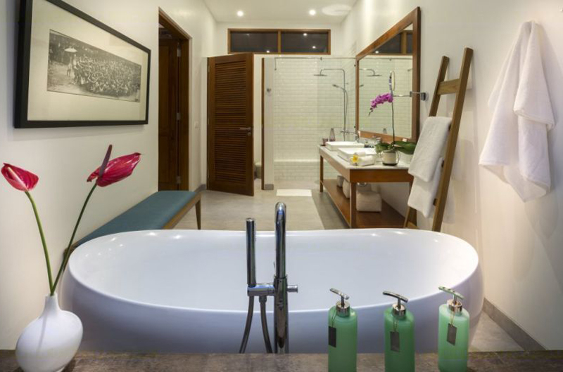 Bathroom with Bathtub - Villa Sol Y Mar - Uluwatu, Bali