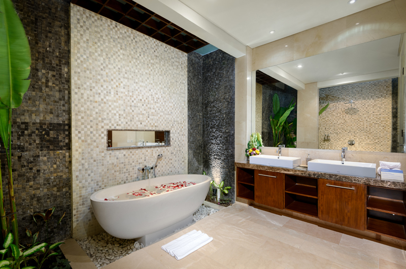 His and Hers Bathroom with Bathtub - Villa Sophia Legian - Legian, Bali