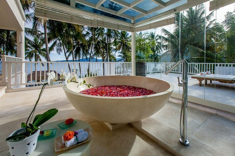 Bathtub with Rose Petals - Villa Stella - Candidasa, Bali