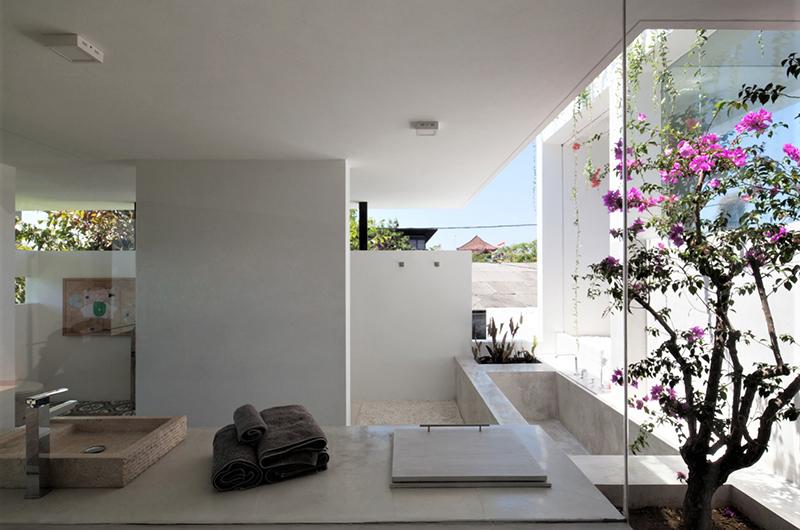 En-Suite Bathroom with Bathtub - Villa Suami - Canggu, Bali