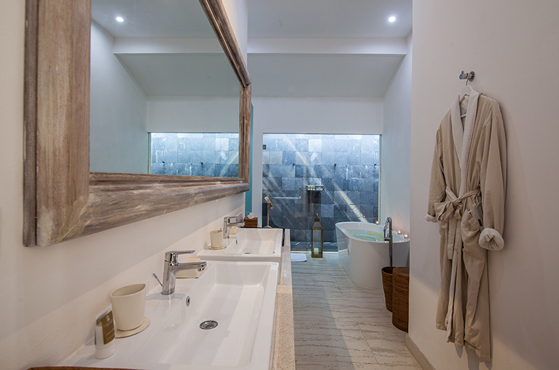 En-Suite His and Hers Bathroom - Villa Sungai Bali - Tabanan, Bali