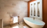 Bathtub - Villa Tiga Puluh - Seminyak, Bali