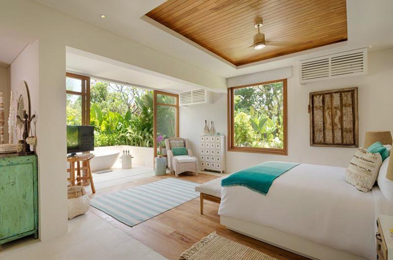 Bedroom and Outdoor Bathtub - Villa Zambala - Canggu, Bali