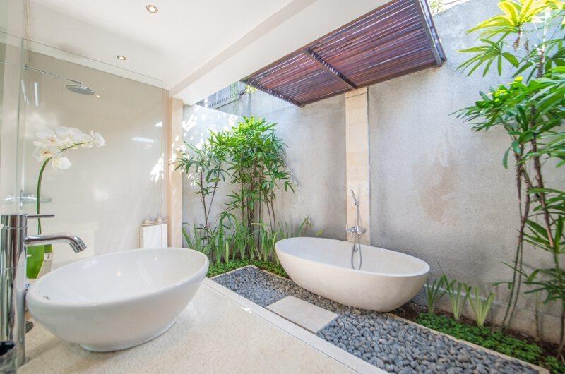 Bathroom with Bathtub - Villa Zanissa Villa Zack - Seminyak, Bali