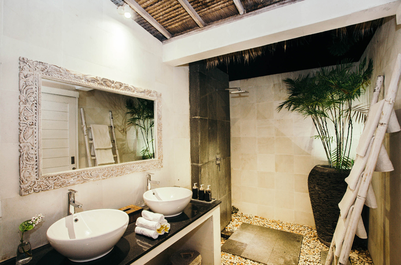 His and Hers Bathroom with Mirror - Escape - Nusa Lembongan, Bali