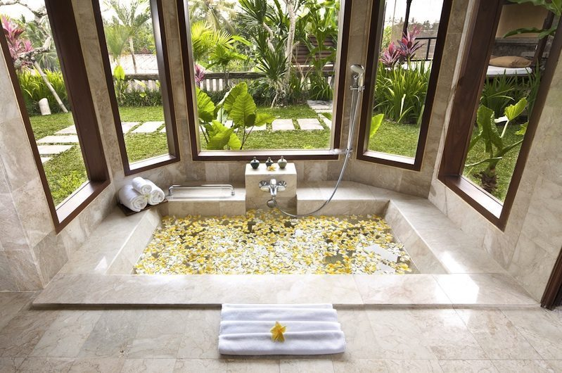 Romantic Bathtub Set Up with Petals - Kamandalu Ubud - Ubud, Bali