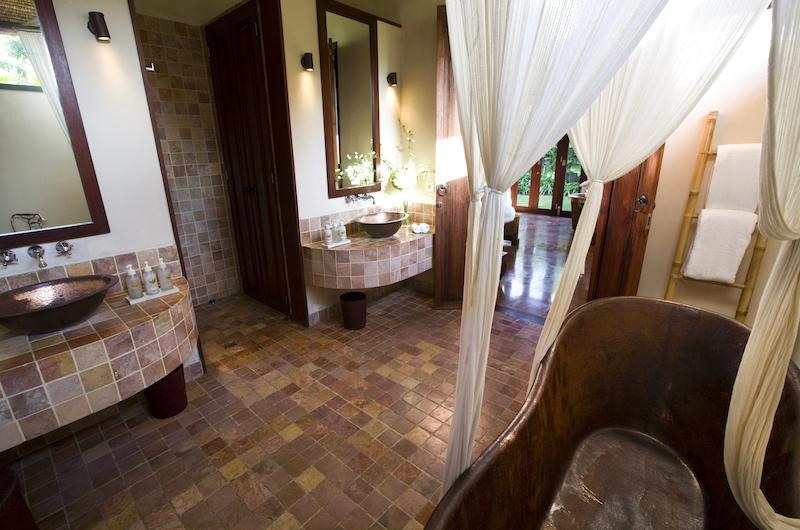 En-Suite Bathroom with Bathtub - Sound Of The Sea - Pererenan, Bali