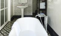 Bathroom with Bathtub - The Island Houses - Pandan House - Seminyak, Bali