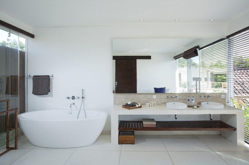 En-Suite Bathroom with Bathtub - Villa CassaMia - Jimbaran, Bali