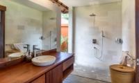 Bedroom with Shower - Villa Lotus Lembongan - Nusa Lembongan, Bali