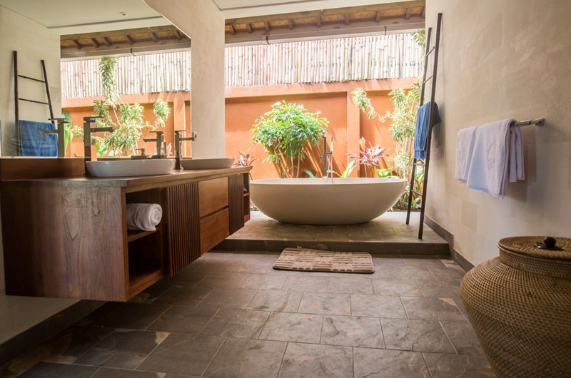 En-Suite His and Hers Bathroom - Villa Lotus Lembongan - Nusa Lembongan, Bali