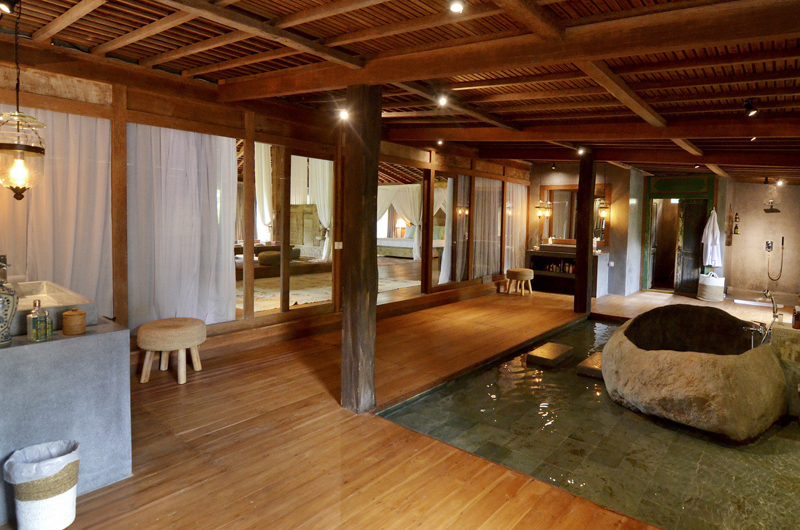 En-Suite Bathroom with Bathtub - Villa Nag Shampa - Ubud Payangan, Bali