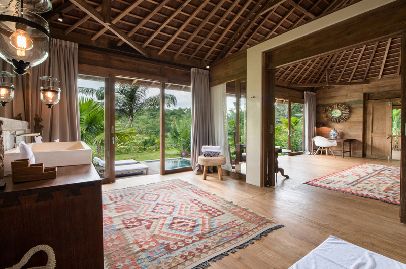 Bedroom and Bathroom with Wooden Floor - Villa Nag Shampa - Ubud Payangan, Bali