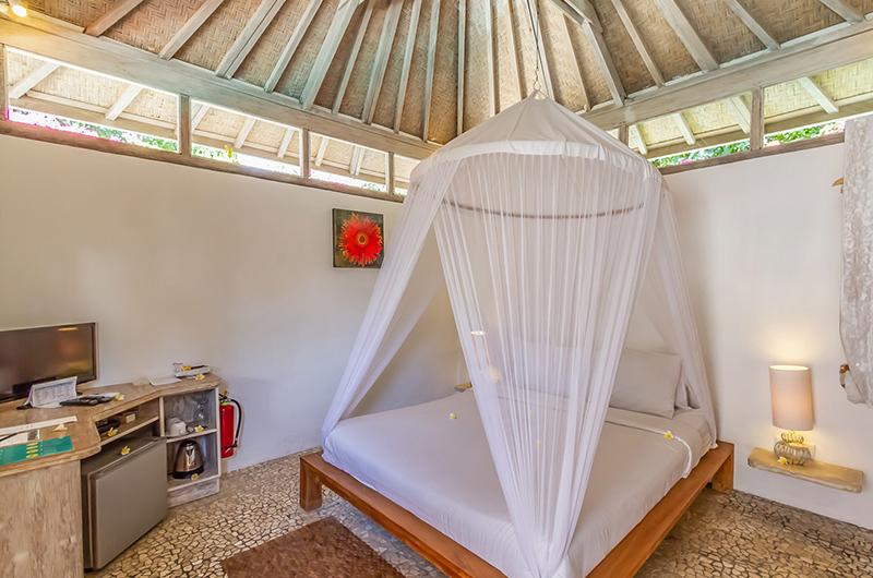 King Size Bed with TV - Les Villas Ottalia Gili Meno - Gili Meno, Lombok