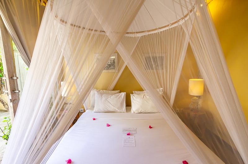 Bedroom with Table Lamps - Les Villas Ottalia Gili Meno - Gili Meno, Lombok