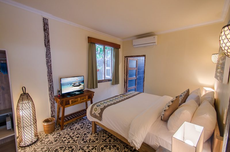 Bedroom with TV - Scallywags Joglo - Gili Air, Lombok